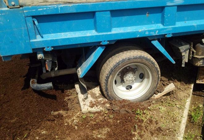 トラックが畑にはまる