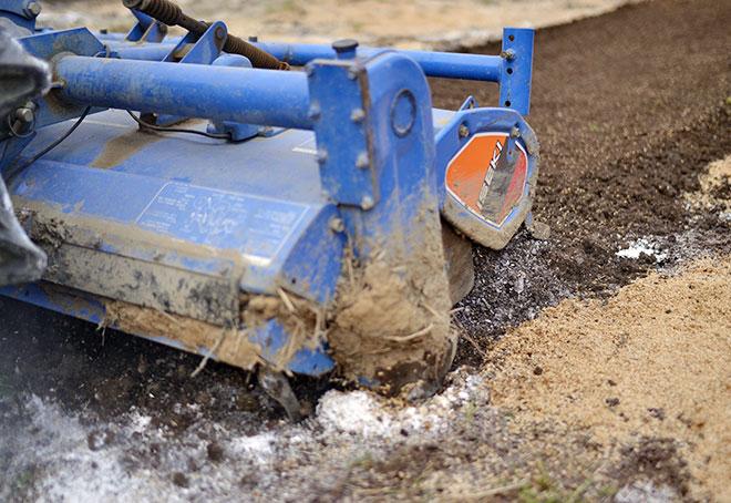 60cmの深さまで掘ってくれるトラクター