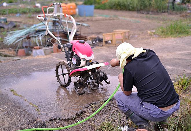 耕うん機を洗う