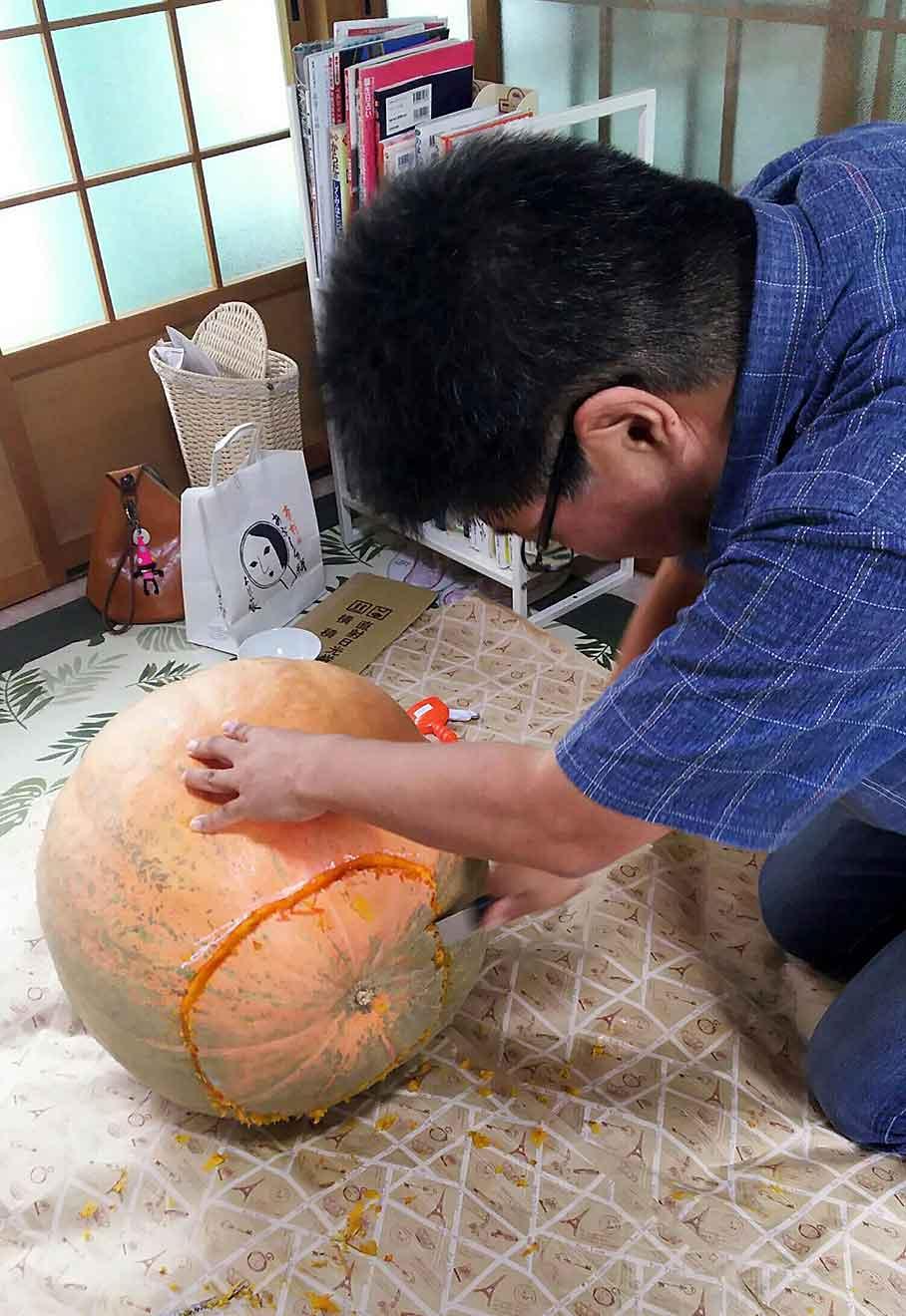 かぼちゃの底をざっくり切って行きます!